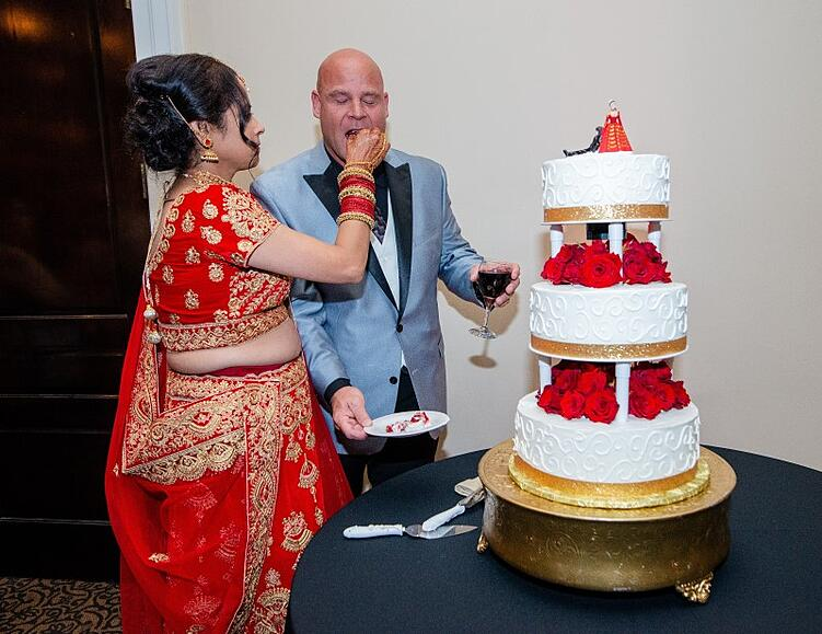 Cutting the wedding cake at Eagle Ridge