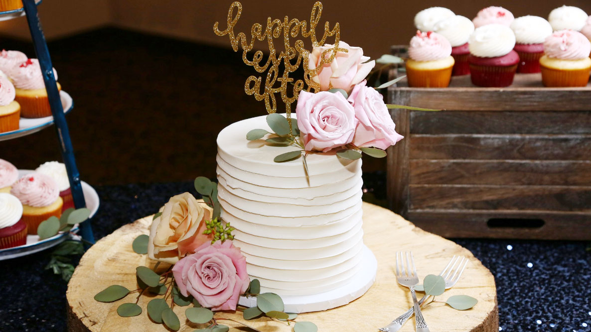 Kari and Matt chose a beautiful single-tier white cake that was accented with roses