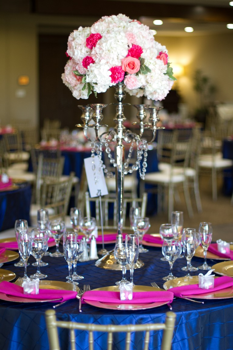 navy blue hot pink wedding color scheme tablescape