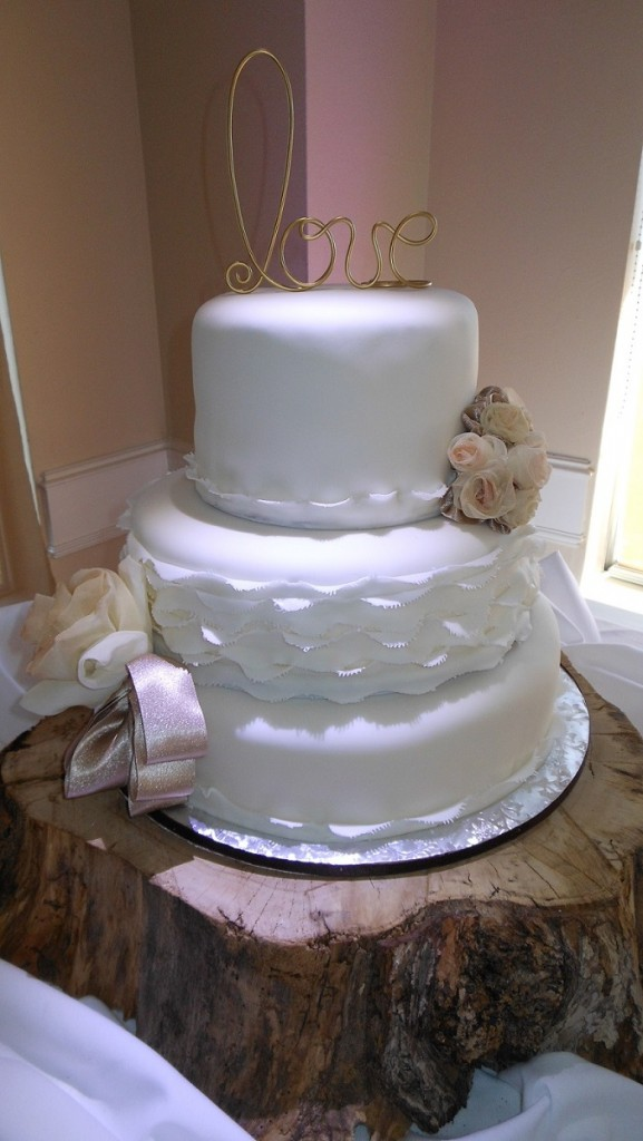 wedding cake with love wire cake topper